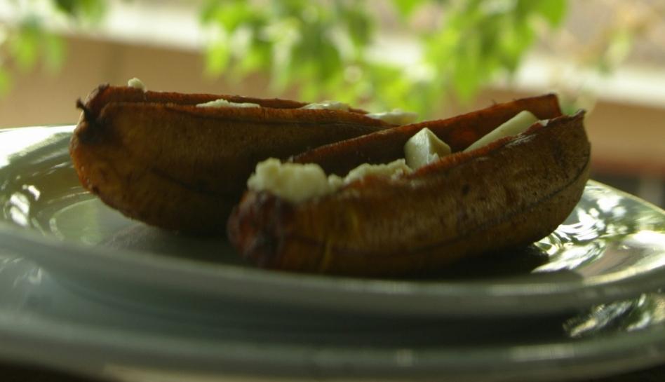 Los plátanos son uno de los insumos más utlicados en la culinaria de nuestra calurosa Amazonía. En este caso esta fruta es rellenada con queso y horneada.