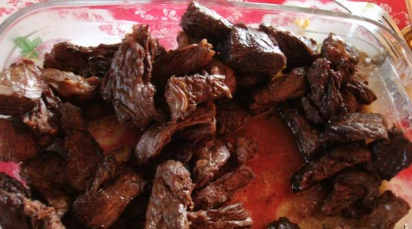 La cacharrada, plato típico de Moqueguana lleva siete carnes que se cocinan bajo tierra