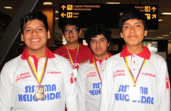 Los muchachos de la delegación peruana de matemáticas lucen orgullosos las medallas obtenidas en Ecuador