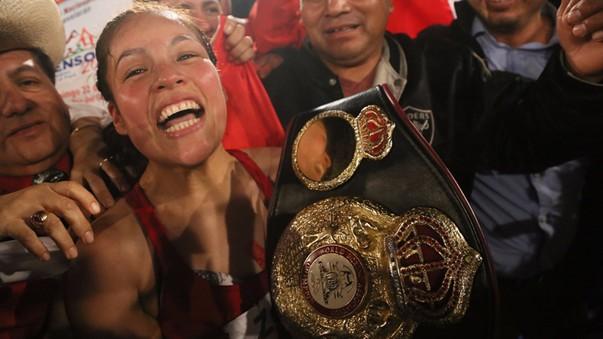 Linda Lecca venció en Trujillo y  emocionada muestra su cinturón de campeona mundial de la AMB.