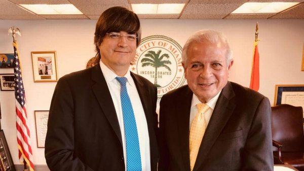 Jaime Bayly posa con el alcalde de Miami luego de haber recibido las ''llaves de la ciudad''