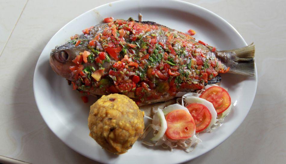 El tacacho con cecina es una de las más alabadas delicias de nuestra amazonía. Este plato incluye también chorizo. El tacacho se prepara asando y luego machacando plátano bellaco, manteca de cerdo, entre otros ingredientes.