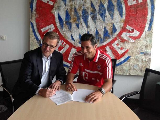 Pizarro durante la firma de su renovación con el Bayern