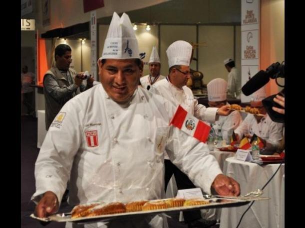Carlos Huarcaya reprensentando al Perú en París.