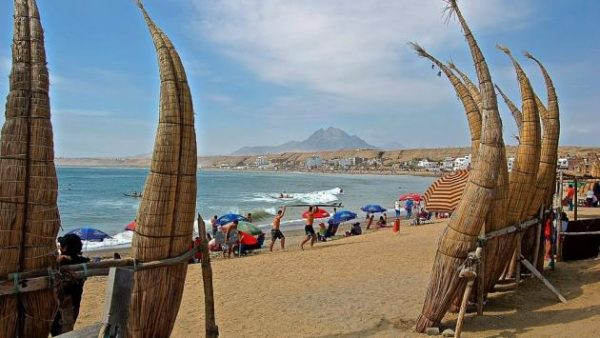 La playa de Huanchaco en Trujillo es uno de los lugares más visitados por Fiestas Patrias