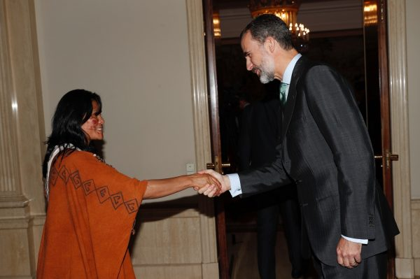 Felipe VI de España saluda a Ruth Buendçia antes de entregarle el Premio Bartolomé de las Casas